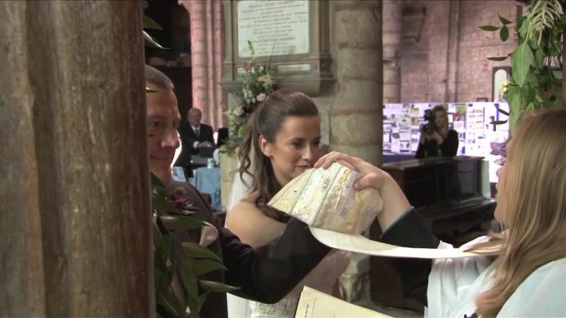 Pare o nuntă ca oricare alta, dar tuturor invitaţilor li se pregăteşte o surpriză de proporţii: Când ai sa vezi ce fac aceşti proaspşt căsătoriţi în biserică după CUNUNIA religioasă este FORMIDABIL... vei râde în hohote