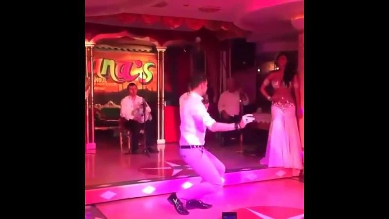 I-au pregatit lui ginerica un numar de bellydance dar stai sa vezi ce-i face acesta dansatoarei. Invitatii au ramas fara cuvinte.