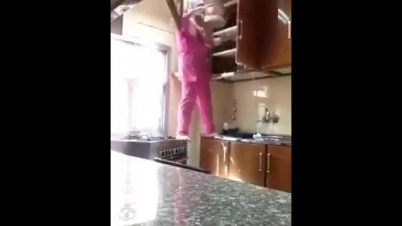 """Sotul a rugat-o sa faca curatenie in bucatarie dar cand a vazut-o cu cata """"grija"""" curata mobila era sa faca infarct."""