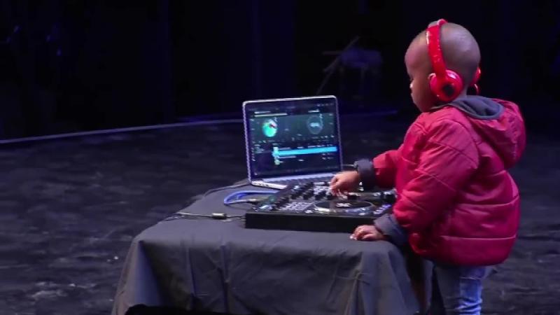 Are doar 3 anişori, dar ce face acest micuţ când urcă pe scenă i-a lăsat pe toţi cu gura căscată! Talentul acestui copil este unul ieşit din comun, şi cu siguranţă te va impresiona... Fenomenal!