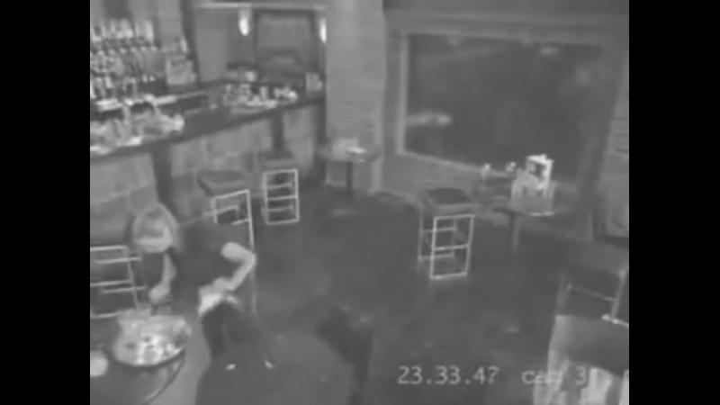 Chelnerita a alunecat dar incercand sa salvezepaharele a distrus intreg localul.