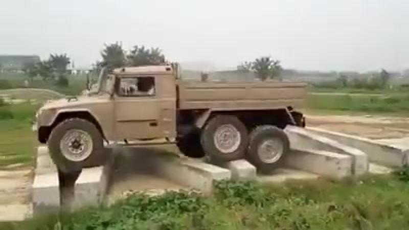 Asa se testeaza o masina de teren adevarata. Escaladeaza blocuri de beton pe peste 50 de cm inaltime.