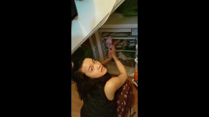 Fiţi atenţi la nebuna asta cum dezgheaţă ea frigiderul. Aşa ceva numai o chinezoaică putea face.