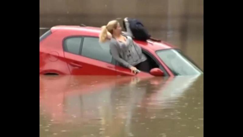 Nu a ascultat indicatiile rutiere si a sfarsit cu masina sub apa. Autoritatile au salvat-o dar i-au dat si o amenda cat sa tina minte.
