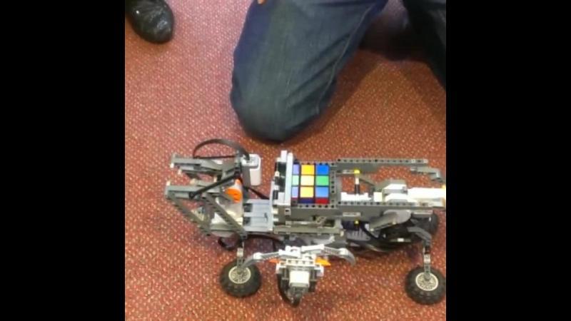 Satul sa te chinui cu rezolvarea cubului rubic ? LEGO a incentat jucaria care rezolva cubul in doar cateva minute.