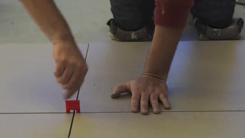 Monteaza placile de gresie si de faianta cu o precizie milimetrica. Nu este un mserias dar foloseste distantieri care ii usureaza munca.