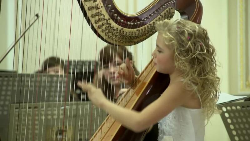 Are doar 11 anişori, dar când mânuţele ei firave ating corzile HARPEI... până şi îngerii se opresc să o asculte! Dumnezeule cât de frumos cântă