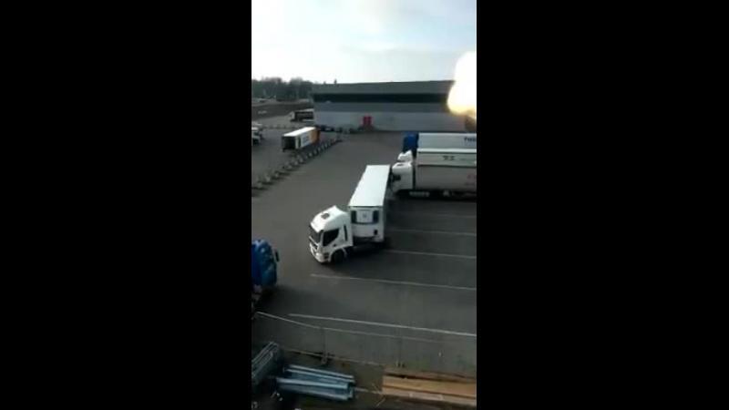 Dorel si-a luat permisul pentru camion. Iata-l ce simplu distruge el camioanele din parcarea unui depozit.