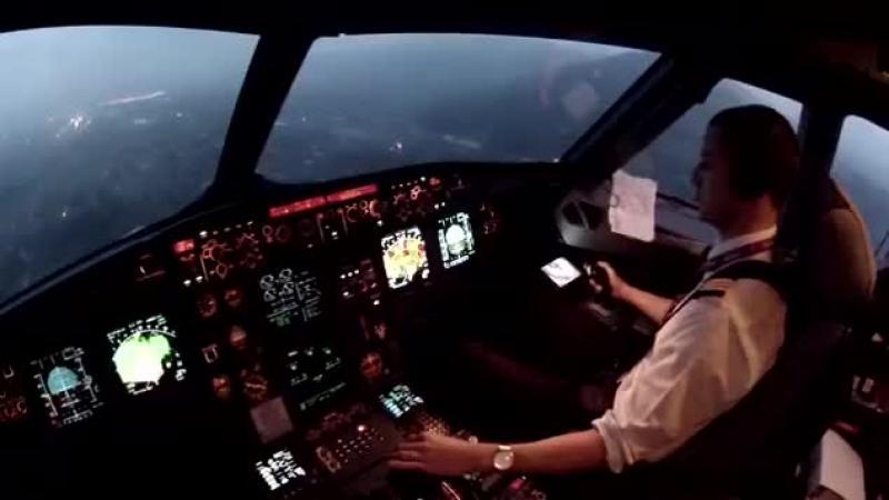 Te-ai intrebat vreodata cum se vede o aterizare din cabina pilotului ? Acum ai ocazia.