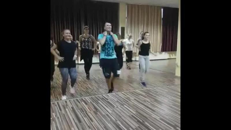 Romanii au stiut dintotdeauna sa se distreze . Cine spunea ca tinerii nu stiu sa danseze? Ia priveste acest video !