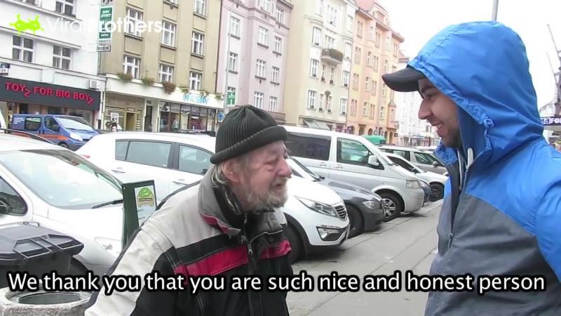 I-a căzut PORTOFELUL chiar în faţa acestui om al străzii amărât, dar ce reacţie are acesta ma lăsat fără cuvinte! Iată ce SUFLET curat şi cu bun simţ poate să aibe... Impresionant gest!!