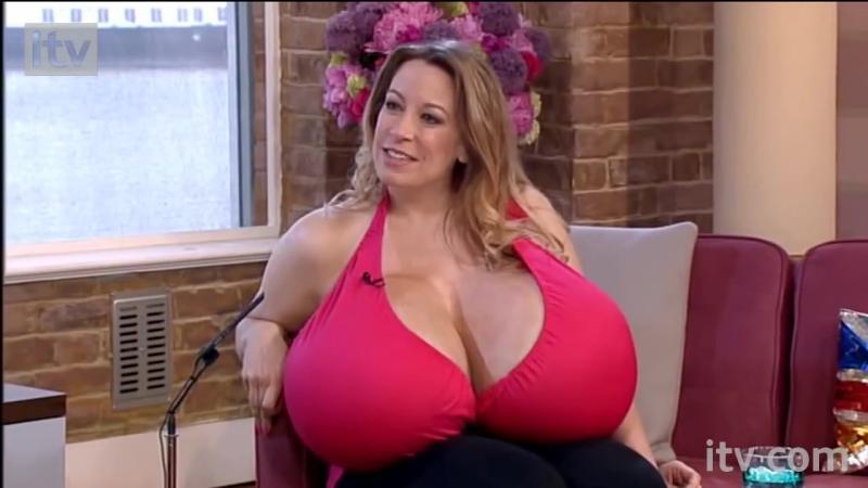 """Femeia ai căror """"pepeni"""" cântăresc 58kg şi care încă nu este mulţumită de ei! Iată la ce mărime şi greutate vrea să ajungă cu ei... Este o nebunie curată!"""