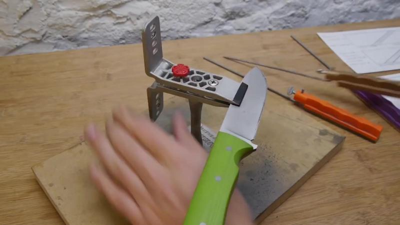 Invaţă să-ţi ascuţi cuţitele ca un adevărat profesionist. Iată cum se face folosind dispozitive simple şi eficiente.