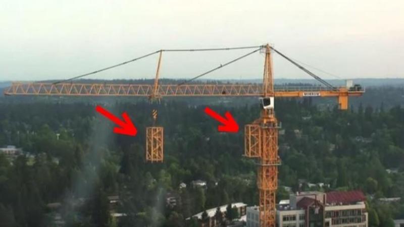 Este INCREDIBIL ce face această MACARA gigantică la peste câţiva zeci de metri înălţime! Pur şi simplu se construieşte singură... WOW