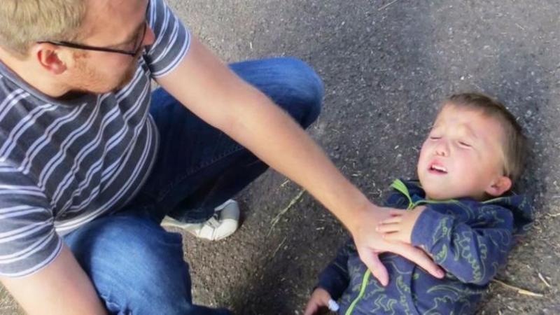 Are 6 anişori dar seamănă cu un copil de doar 1 an, dar ce gândeşte acest micuţ cu o inimă mare îţi va atinge sufletul negreşit! Povestea unui înger născut cu o boală necruţătoare... nanismul