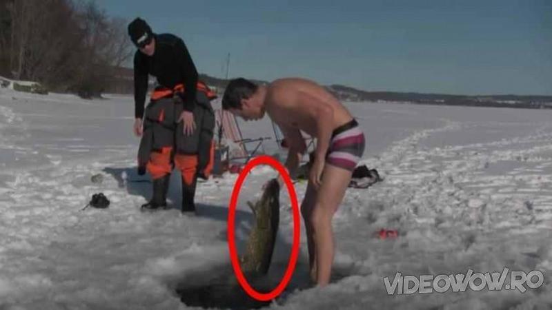 A fost la PESCUIT la copcă şi ce a prins cu mâinile goale în apa rece este un adevărat MONSTRU răpitor! Deja mor de invidie pe captura lui incredibilă...