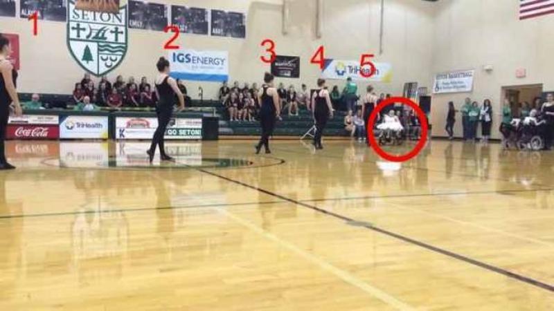 5 balerine în negru se aşează în linie pe mijlocul scenei: Când ai să vezi cine se alătură DANSULUI lor formidabil... WOW, nu îmi vine să cred cât de emoţionant şi frumos!