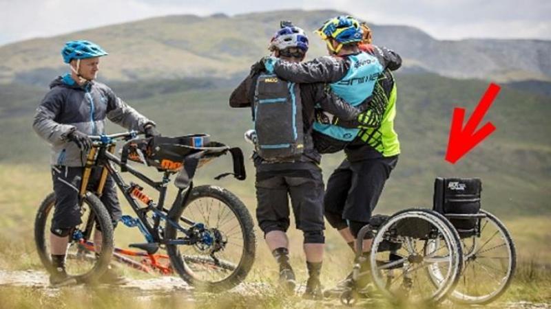Si-au luat prietenul IMOBILIZAT în scaunul cu rotile şi l-au pus pe o bicicletă specială: Ce a urmat apoi este UIMITOR - Visul lui de a mai merge cu bicicleta a devenit realitate
