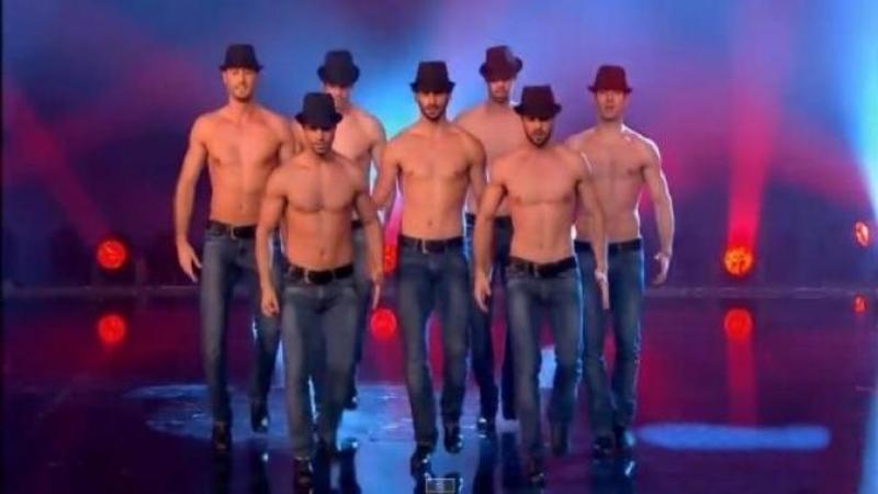 Sunt dezbrăcaţi şi au urcat pe scenă aşa cum îi vedeţi: Dar acolo, CORPURILE lor au dezvăluit adevăratul talent pe care îl au aceşti bărbaţi care pur şi simplu au înebunit toate femeile aflate în sală!