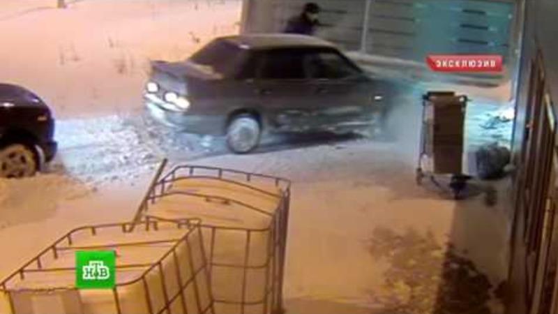 Sofer beat urmarit de politia din Rusia intra cu masina direct in aeroport. Intreaga scena a fost filmata de camerele de supraveghere.