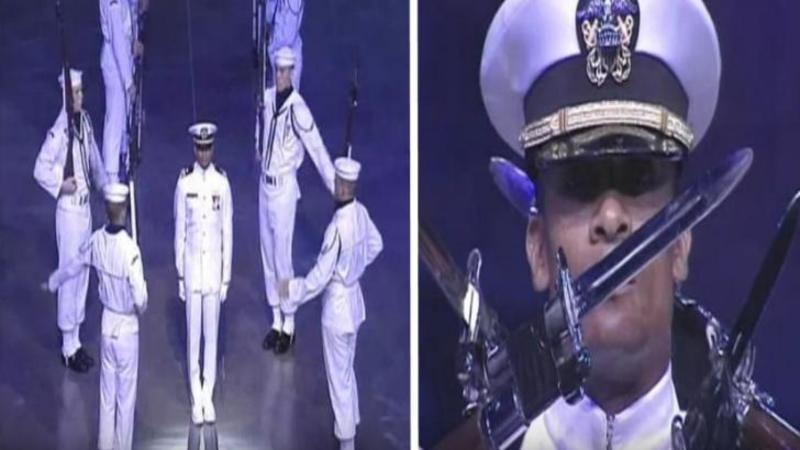 Au urcat pe scenă şi au arătat ce înseamnă PRECIZIA extraordinară şi devotamentul: Sunt Garda Marină a Statelor Unite aşa cum nu ai mai văzut-o niciodată în viaţa ta - Cei 18 MARINARI te vor lăsa cu gura căscată