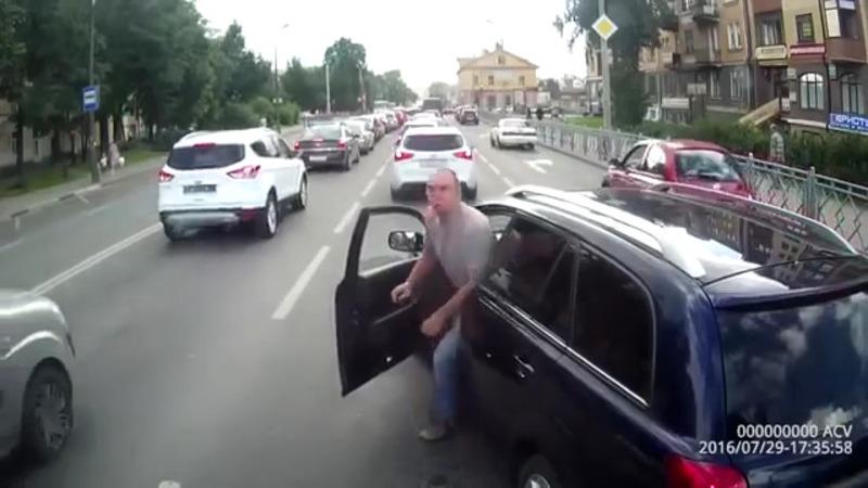 Cand se intalnesc doi bizoni in trafic iese prapad.  Uite cum te alegi cu masina lovita fara sa ai nici o vina.