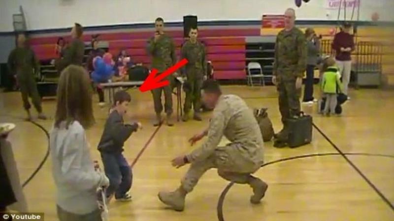 Singura dorintă a acestui băieţel cu PARALIZIE parţială era să îşi întâmpine tatăl care venea din armată în picioare, fără ajutorul nimănui: Ce se întâmplă când tăticul îl vede... nu mi-am putut stăpâni lacrimile... emoţionant
