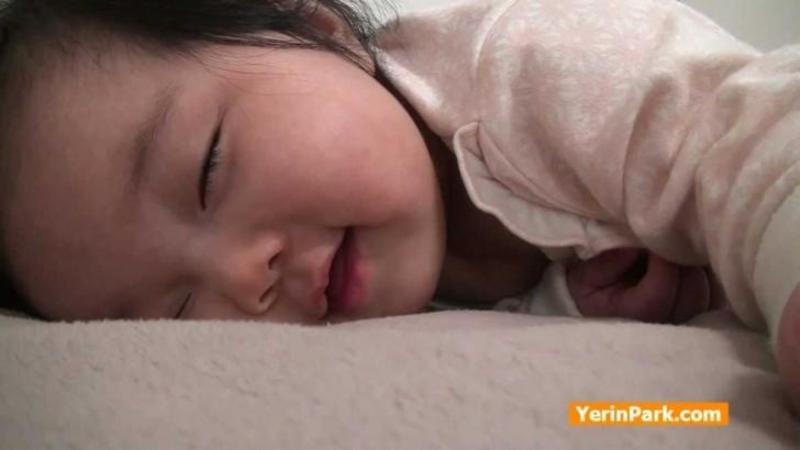 De o oră se certa cu SOMNUL, iar trezirea ei dulce este una care îţi va răpii sute de zâmbete! Cum îşi surpinde această mămică copilaşul la primele ore ale dimineţii mi-a înseninat toată ziua! Adorabil