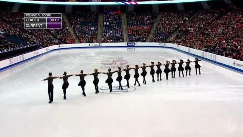 16 patinatori intră pe gheaţă ţinându-se de mână: Când muzica începe toată sala aplaudă în picioare! Spectacolul lor delirant m-a lăsat fără cuvinte... Uluitor