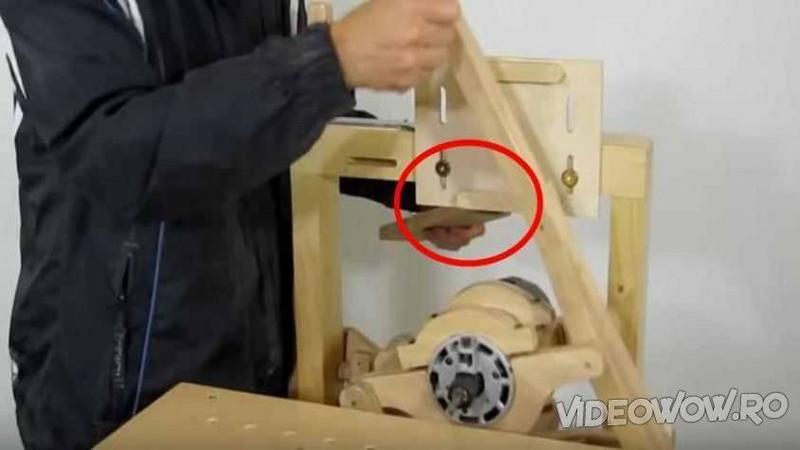 Din LEMN a creat o MASINARIE tot pentru a lucra lemnul cu ea şi asta nu este nimic, când ai să vezi invenţia acestui tâmplar... îţi va sta mintea în loc, este pur şi simplu genială!