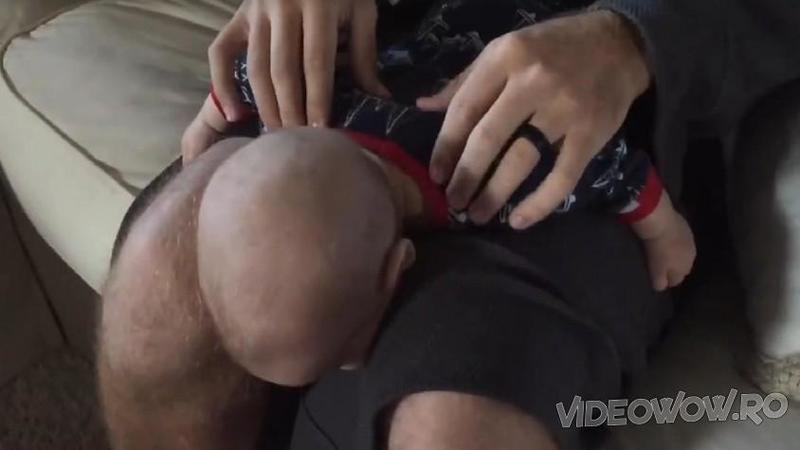 Tăticul îşi aşează micuţul pe picioare cu faţa în jos! Ce tehnică de relaxare ne arată după câteva secunde... Fantastic, abia aştept să ajung acasă la copilaşul meu