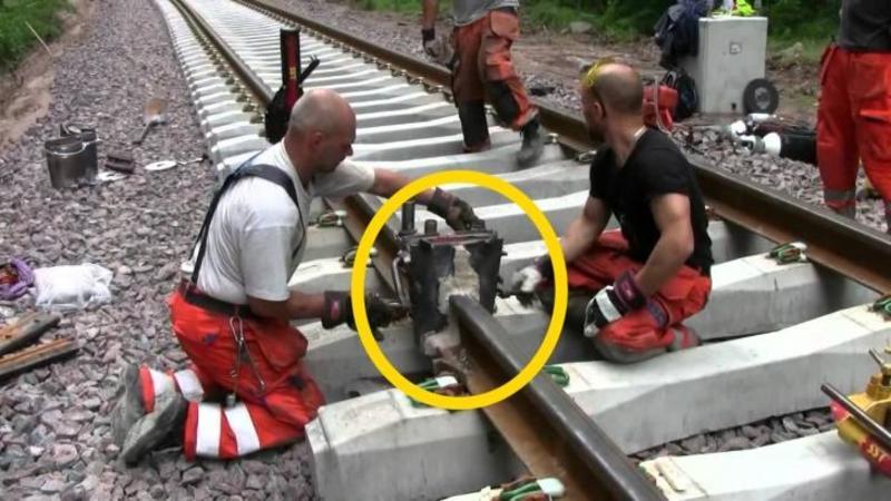 Iată procedeul de reparare şi sudare a unei şine de cale ferate: Este uimitoare tehnologia folosită la lucru, cu siguranţă nu te gândeai la aşa ceva...