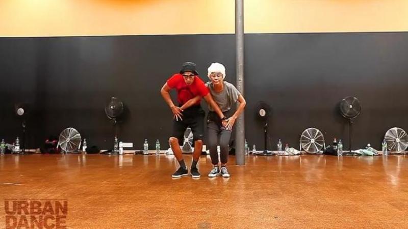 Un cuplu de bătrânei urcă pe scenă: După ce muzica începe... nimic nu te va pregătii pentru mişcările lor INCREDIBILE! WOW, parcă au 20 de ani