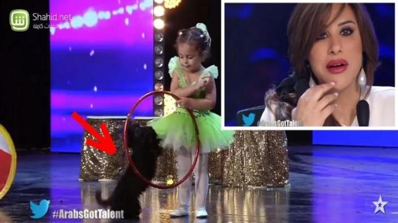 Micuţa intră pe scenă alături de câinele ei speriat: Ce fac amândoi după ce muzica începe... este o combinaţie de drăgălăşenie cu stângăcie amuzantă! Uite cât de adorabili sunt amândoi