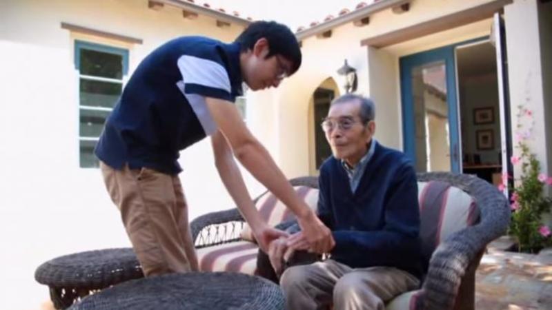Bunicul lui suferă de Alzheimer şi îi era foarte greu să aibe grijă de el: Ce INVENTEAZA tânărul pentru bunicul lui este un adevărat APARAT salvator de vieţi!