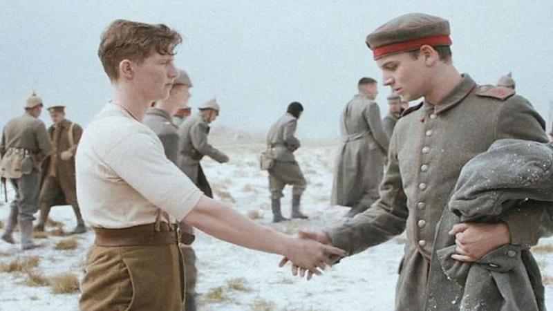 In 1914 în Primul Război Mondial acest tânăr SOLDAT german i-a şoptit ceva inamicului său de moarte! Ce s-a întâmplat mai departe... este peste orice te-ai fi aşteptat să vezi într-un război! Gestul făcut de aceşti bravi soldaţi este emoţionant