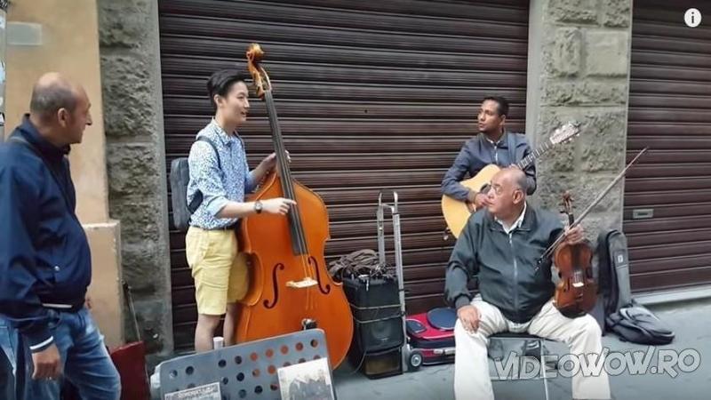 Un turist corean se opreşte lângă un grup de muzicieni de stradă şi îi roagă ceva special: Ce am ascultat după ce au început să cânte la instrumentele lor... Fenomenal! Nu trebuie să ratezi aşa ceva