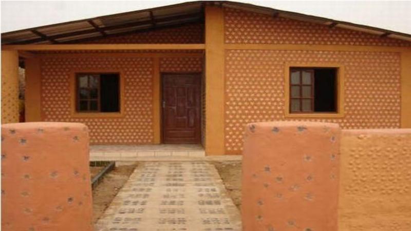 Pare o casă ca oricare, dar MATERIALELE folosite la construcţia ei sunt GENIALE: Dacă ai în plan să construieşti una vei ECONOMISI saci de bani... FORMIDABILA idee!!