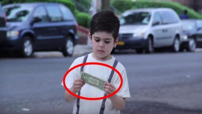 I-a dat fiului său o BANCNOTA de un dolar pentru a cumpăra îngheţată: Acum priveşte ce a decis să facă cu banii primiţi... un gest emoţionant!