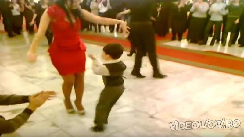 Când micuţul din imagine se apropie de domnişoara în roşu am crezut că tot ce vrea este o simplă îmbrăţişare, dar ce se întâmplă în mijlocul ringului de dans... WOW, este senzaţional puştiul pus pe dansat