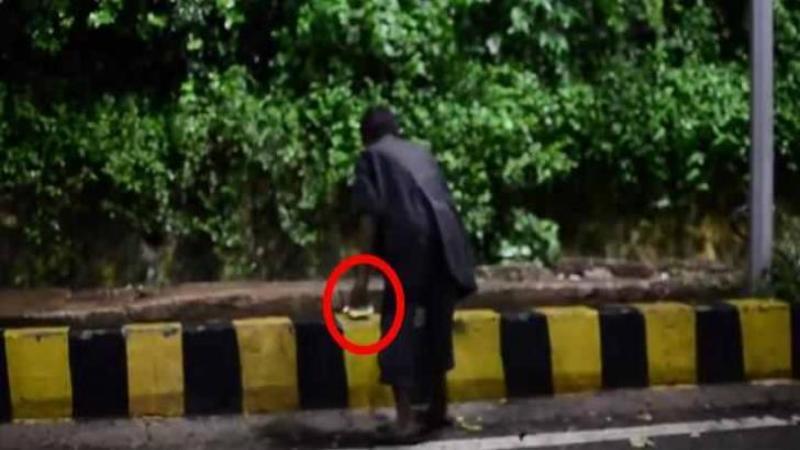 Au surprins acest om al străzii lăsând o FARFURIE cu mâncare pe marginea şoselei: Când am văzut motivul pentru care a făcut acest gest... mi-au dat lacrimile de emoţie! Impresionant
