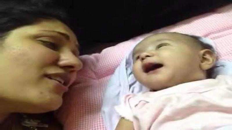 Mămica începe şi îi CANTA bebeluşului un cântec de leagăn: Dar ce reacţie are micuţul care o ascultă cu atenţie te va lăsa mut de uimire, aşa cum a lăsat-o până şi pe mămică... WOW
