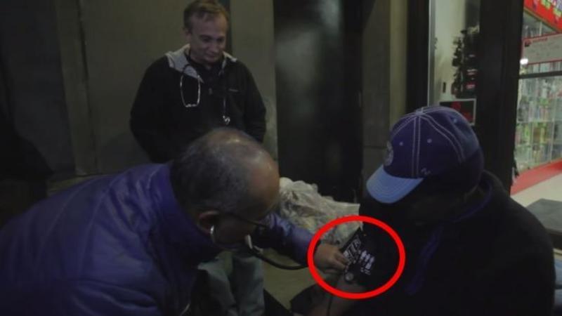 Este incredibil ce face acest DOCTOR în fiecare noapte pentru oamenii străzi! Un adevărat EROU care aduce un strop de sănătate şi fericire pentru toţi nevoiaşi fără un acoperiş deasupra capului