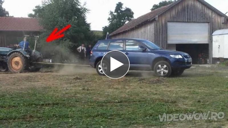 Au legat un VW Touareg 4x4 nou nouţ de un TRACTOR ruginit şi vechi de zeci de ani: Nici prin cap nu îţi trece cine a putut câştiga această nebunie de întrecere a cailor putere...