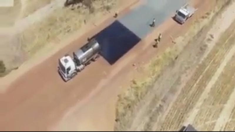 Stiai ca in tarile civilizate pana si drumurile de tara sunt asfaltate ? Iata o tehnica extrem de rapida. Se pot asfalta astfel pana la 10 km pe zi si asta doar cu o echipa de maxim 10 oameni.