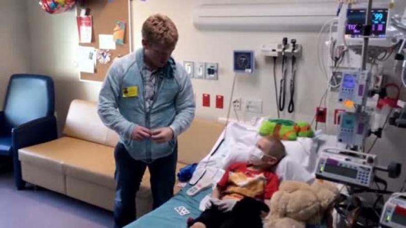 Arată ca un vizitator normal din acest SPITAL, dar când copii bolnavi de CANCER îl văd... sufletul lor se umple de bucurie şi uimire! Iar fiecare moment petrecut lângă el este unul mai departe de boala lor necruţătoare