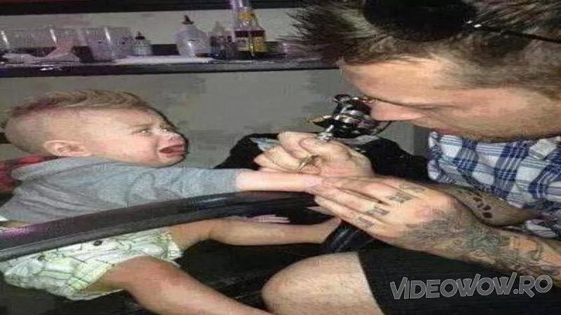 Si-a TATUAT copilul doar pentru a fi în pas cu moda! Iată imaginile incredibile care au SOCAT o planetă întreagă! Cum este posibil un asemenea abuz?