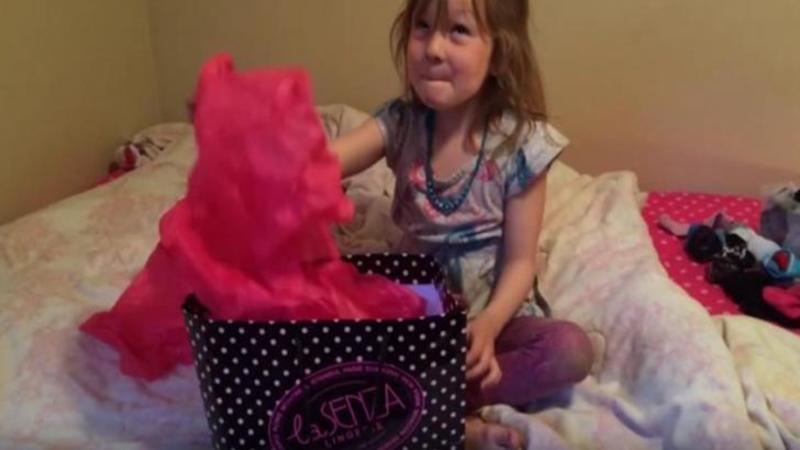 Mămica îi spune să îşi deschidă CADOUL de ziua ei: Ce găseşte înăuntru o va copleşi de emoţie şi bucurie pe această micuţă care nu îşi mai poate stăpâni firea! Un cadou... neaşteptat de PUFOS