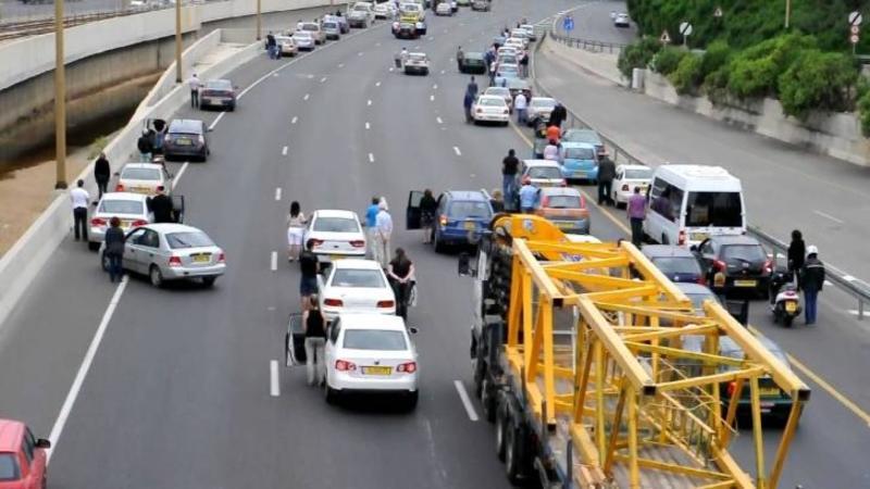 O sirenă începe şi se aude pe această autostradă aglomerata din Israel: Ce se întâmplă cu toţi şoferii de la volan... Emoţionant moment!