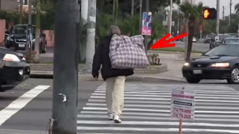 Au ales un CERSETOR de pe stradă şi i-au dat $100 de dolari: Ce a făcut cu ei m-a lăsat cu gura căscată, GESTUL lui mi-a atins inima! Avem nevoie de mai mulţi oameni ca el pe acest pământ